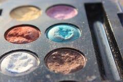 A foto velha retro do vintage do pallette compõe, forma de 60s 70s, azul, branco, fim brilhante do macro acima Imagens de Stock