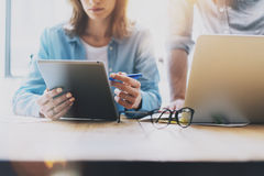 Foto-Verkaufsleiter Working Modern Loft Frau, die Marktbericht-Digital-Tablet zeigt Produzent-Department Work New-Start Stockfotos