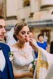 Foto vertical da noiva que beija a aliança de casamento imagem de stock royalty free