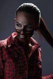 Foto vertical de la muchacha adulta con arte asustadizo de la cara del estilo de Halloween Fotos de archivo