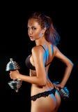 Foto vertical de la mujer de los deportes en ropa interior y pesas de gimnasia negras Fotografía de archivo libre de regalías