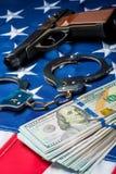a foto vertical do conceito do crime e da punição apreendeu o dinheiro e as armas fotos de stock royalty free