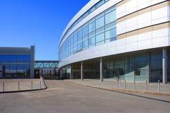 A foto vertical do edifício moderno de encontro ao céu Foto de Stock