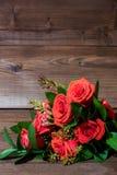 Foto vertical do grupo de flores no fundo de madeira imagens de stock