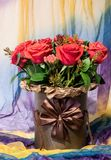 Foto verticale del mazzo dei fiori sulla sciarpa colorata fotografia stock