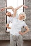 Foto verticale delle coppie felici mentre facendo sport Immagini Stock