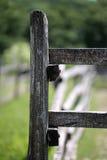 Foto verticale di vecchio recinto di legno alla fattoria degli animali Fotografia Stock