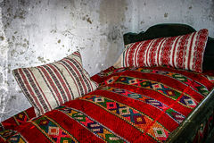 Foto vieja con el interior casero tradicional rumano Foto de archivo libre de regalías