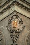 Foto vieja con la inscripción del metal en la fachada de piedra Imagen de archivo libre de regalías