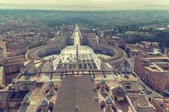 Foto vieja con la visión aérea sobre cuadrado del ` s de San Pedro en el Vatica foto de archivo