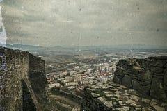 Foto vieja con la vista aérea de la ciudad Deva, Rumania fotografía de archivo