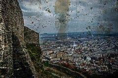 Foto vieja con la vista aérea de la ciudad Deva, Rumania foto de archivo