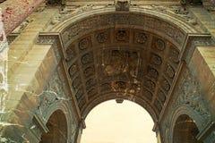 Foto vieja con los detalles arquitectónicos en Arc de Triomphe du Carro imagen de archivo libre de regalías