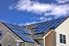 Foto-voltaische Modul-Sonnenkollektor-Zellen auf Dach Stockfotos