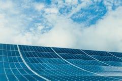 Foto-voltaische Module von enormen Sonnenkollektoren mit klarem Himmel auf Hintergrund lizenzfreie stockfotos