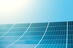 Foto-voltaische Module von enormen Sonnenkollektoren mit Sonne und klarem Himmel auf Hintergrund lizenzfreie stockfotografie