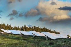 Foto-voltaische Platten bei Sonnenuntergang Stockfoto