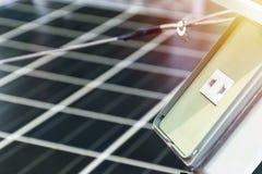 Foto-voltaische Platten der Solarstation, die Front ist ein Steckersockel lizenzfreie stockbilder