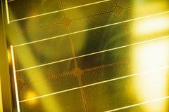 Foto-voltaische Solarplatte unter gelbem hellem Sonnenschein Lizenzfreies Stockbild