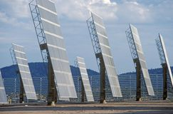 Foto-voltaische Sonnenkollektoren ACROS in Hesperia, CA stockbild
