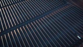 Foto-voltaische Systeme der Sonnenkollektoren - Vogelperspektive Luftschuß von Sonnenkollektoren - Solarkraftwerk Antenne der Zei stock video