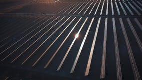 Foto-voltaische Systeme der Sonnenkollektoren - Vogelperspektive Luftschuß von Sonnenkollektoren - Solarkraftwerk Antenne der Zei stock video footage