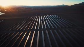 Foto-voltaische Systeme der Sonnenkollektoren - Vogelperspektive Luftschuß von Sonnenkollektoren - Solarkraftwerk Antenne der Zei stock footage