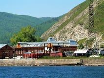 Foto vom Architekturbau des hölzernen Baus auf weichem natürlichem unklarem Waldhintergrund die Ufer vom Baikalsee I Stockbilder