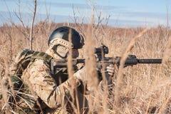 Foto von airsoft Soldaten im blauen Himmel der Felder Stockfotografie