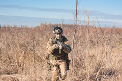 Foto von airsoft Soldaten laufend in Felder Stockfoto