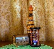 Foto von alte sandglass, füllen eine Schatulle auf braunem Hintergrund ab Lizenzfreies Stockbild