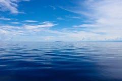 Foto von blauem Meer und von tropischen Himmel-Wolken meerblick Sun über Wasser, Sonnenuntergang Horizontale Abbildung Lizenzfreie Stockfotos
