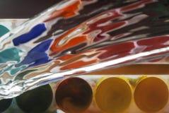 Foto von den Farben, die mit Wasser gespritzt werden Stockbild