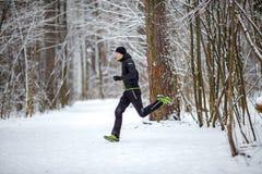 Foto von der Seite des Athleten auf Lauf im Winter Stockfotos