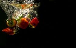 Foto von Früchte fallen gelassen unter Wasser Stockbild
