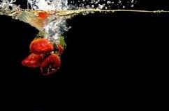 Foto von Früchte fallen gelassen unter Wasser Lizenzfreie Stockfotos