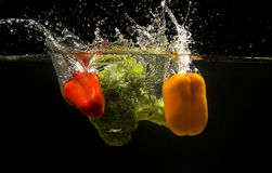 Foto von Gemüse fallen gelassen unter Wasser Stockbild