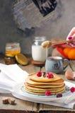 Foto von köstlichen Pfannkuchen mit Beeren und Honig über hölzernem t Lizenzfreies Stockfoto
