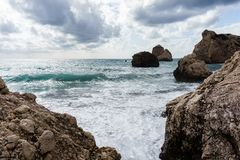 Foto von Meer, Felsen, düsterer bewölkter Himmel Stockfoto