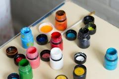 Foto von mehrfarbigen Gläsern mit Acrylfarbe Stockfotos
