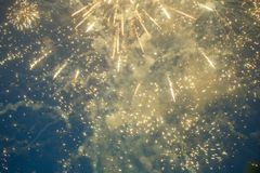Foto von neues Jahr ` s Feuerwerken im Himmel Lizenzfreies Stockbild