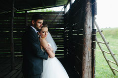 Foto von schönen Paaren auf Natur in der hölzernen Hütte Stockfotos