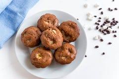 Foto von selbst gemachten Muffins mit trockenen Blumen auf hölzernem Hintergrund Selbst gemachtes Backen Schokoladenmuffins mit B stockbild