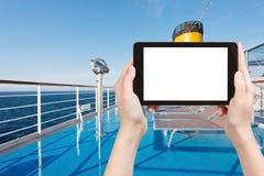 Foto von sunbath Stühlen auf Plattform des Kreuzfahrtschiffs Stockfotografie