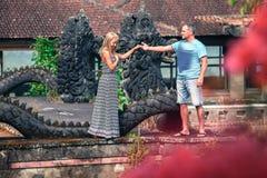 Foto von ungewöhnlichen Paaren im mystischen Hotel Lizenzfreie Stockbilder