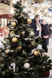 Foto von Weihnachten verzierte Baum des neuen Jahres mit den goldenen und weißen Spielwaren Stockfotografie