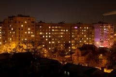 Foto von Wohngebäuden nachts mit Fabrikrauche über ihnen Stockbild