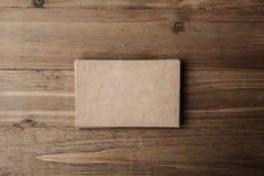 Foto von zwei Stapel leeren Handwerksvisitenkarten auf Textilhintergrund Stockfotos