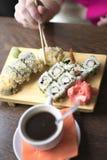 Foto vrouwelijke handen die eetstokjes voor sushi houden royalty-vrije stock foto
