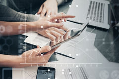 Foto vrouwelijke handen die moderne tablet en wat betreft het scherm houden Businessmansbemanning die nieuw investeringsprojectbu Royalty-vrije Stock Foto